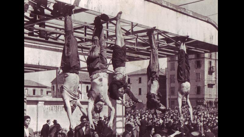 Popravený Benito Mussolini (druhý zleva)