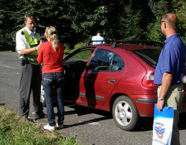 Policisté při kontrole řidičů