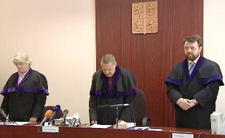 Soudce předčítá rozsudek