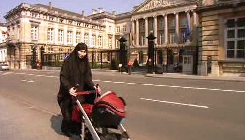 Muslimka před budovou belgického parlamentu