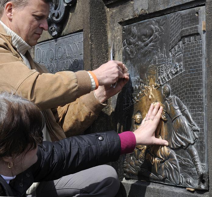 Sundávání plaket ze sochy Jana Nepomuckého