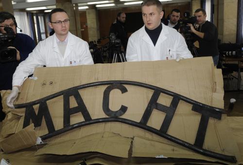 Rozřezaný nápis z brány v Osvětimi