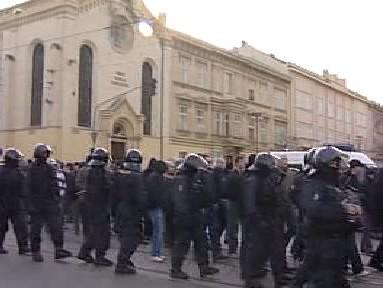 Policie doprovází průvod extremistů