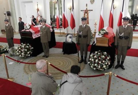 Poláci se přicházejí rozloučit s prezidentem a jeho chotí