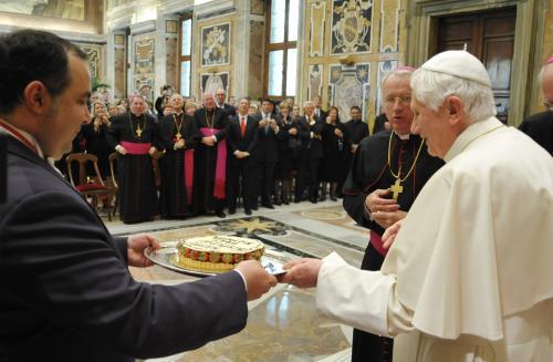 Papež dostal narozeninový dort