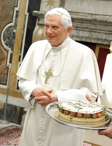 Benedikt XVI. dostal k 83. narozeninám dort