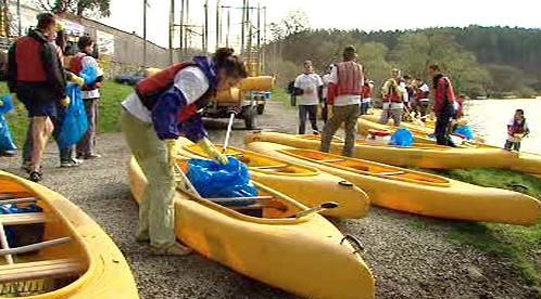 Dobrovolníci se připravují k čištění Sázavy