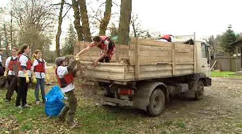 Dobrovolníci nakládají objevený odpad