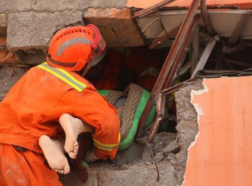 Vyprošťování obětí zemětřesení