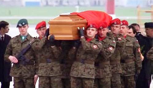 Rakve s oběťmi polského neštěstí