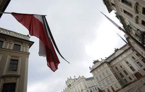 Na Pražském hradě visí polská vlajka se smutečními pruhy