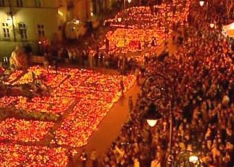 Varšavu zaplnily hořící svíčky