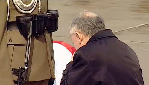 Jaroslaw Kaczyński u rakve Marie Kaczyńské