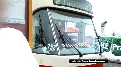 Tramvaj s transparentem Dělnické strany