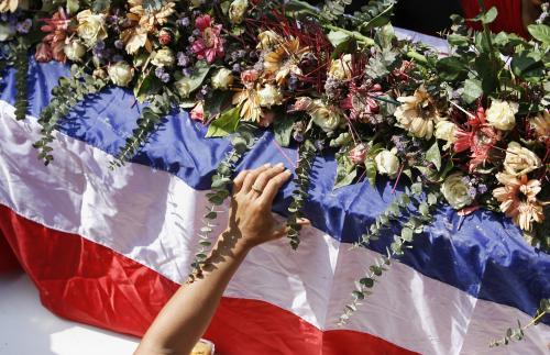 Symbolický pohřeb obětí demonstrací v Thajsku