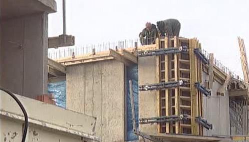Zahraniční dělníci při práci na stavbě