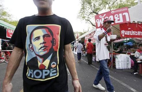 Demonstrant v triku s Barackem Obamou