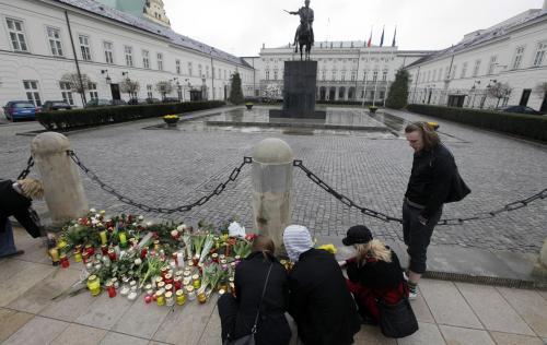 Truchlící před sídlem polského prezidenta ve Varšavě