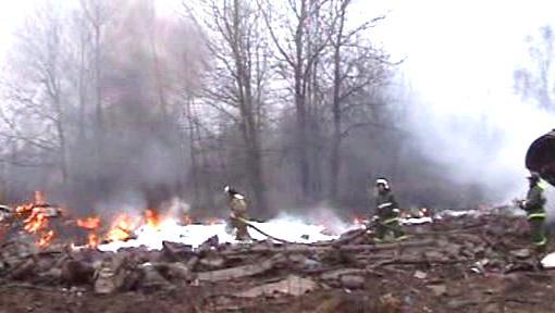 Hořící trosky havarovaného letadla polského prezidenta
