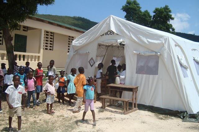 Provizorní stanové třídy v Petit Goave