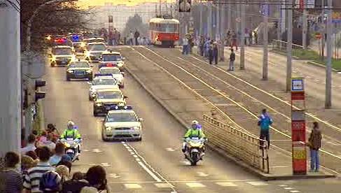 Prezidentská kolona projíždí Prahou