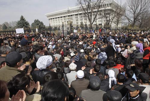 Kyrgyzstán drží smutek nad oběťmi převratu