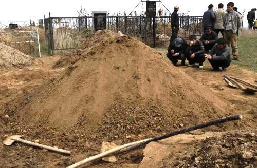 V Kyrgyzstánu pohřbívají oběti převratu