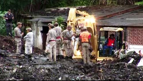 Záchranáři odklízejí následky sesuvů půdy