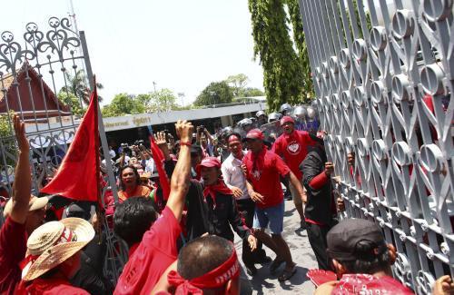 Thajští demonstranti pronikli do sídla parlamentu