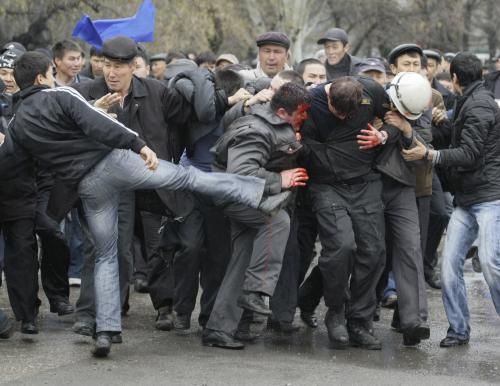 Dav v Biškeku bije policistu