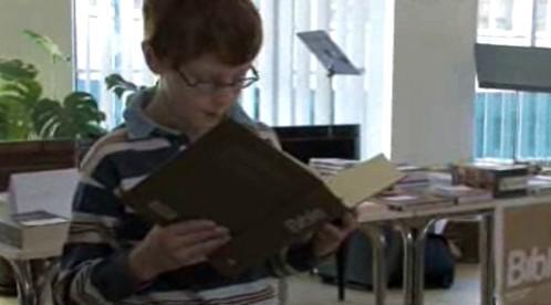 Chlapec předčítá z bible