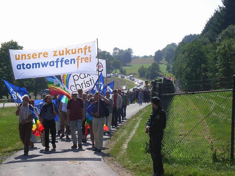 Demonstrace u základny Büchel