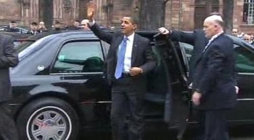 Barack Obama vystupuje z Cadillacu One