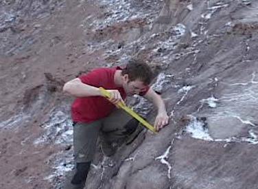 Český geolog studuje solné hory