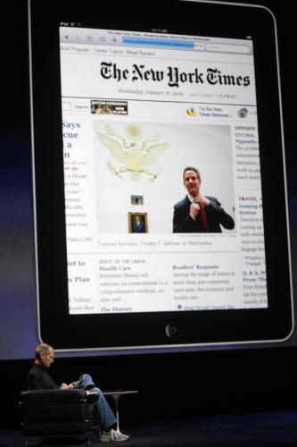 Čtení novin na iPadu