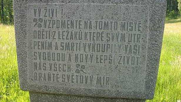 Pomník v místech osady Ležáky