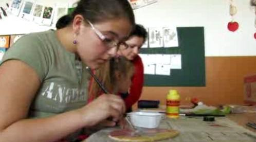 Dívka při výrobě velikonoční ozdoby