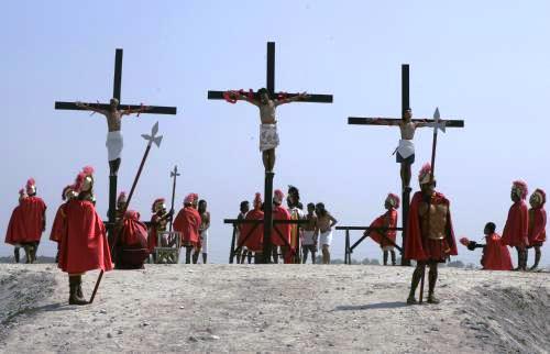 Tradiční velikonoční ukřižování na Filipínách