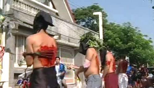 Tradiční velikonoční bičování na Filipínách