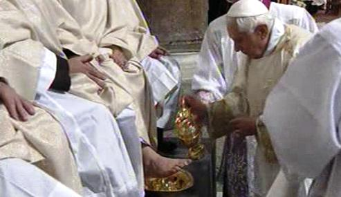 Benedikt XVI. myje nohy dvanácti starcům