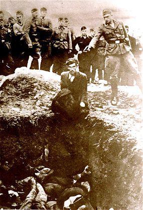 Člen Einsatzgruppen vraždí člověka