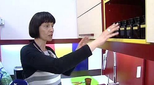 Slabozraká žena při práci v kuchyni