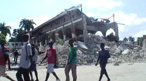 Spadlá budova po zemětřesení