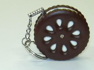 Zapalovač novelty ve tvaru sušenky.