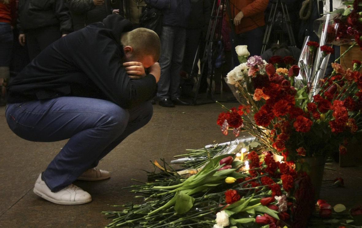 Truchlící nad oběťmi teroristického útoku v Moskvě
