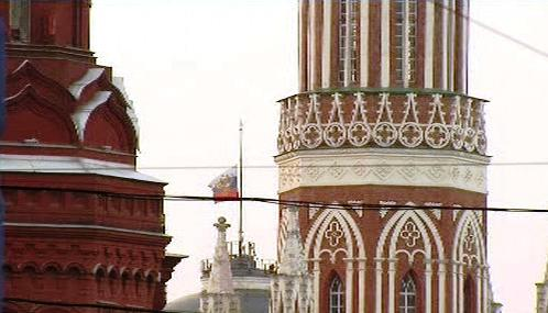 V Kremlu vlaje vlajka na půl žerdi