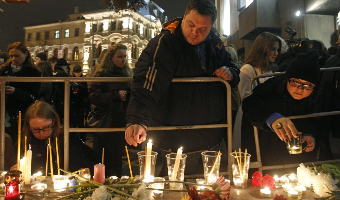 Rusové zapalují svíčky obětem výbuchu v metru