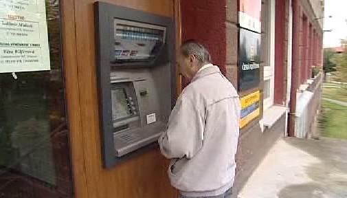 Výběr peněz z bankomatu