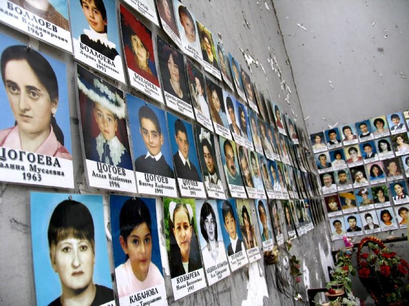 Fotografie dětí, které zemřely při teroristickém útoku na školu v Beslanu