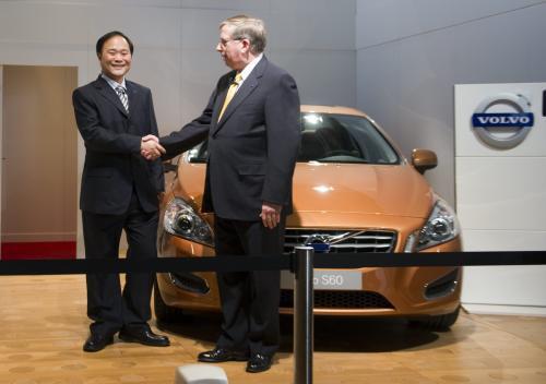 Představitelé obou automobilek při podpisu smlouvy